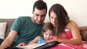 Familj som tillsammans läser bibeln arkivfilmer