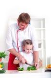 Familj som tillsammans lagar mat Arkivfoto