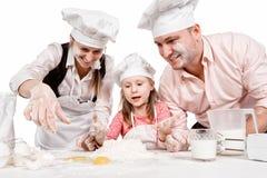 Familj som tillsammans lagar mat Arkivbild
