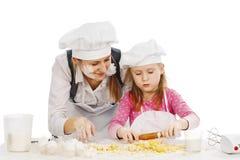 Familj som tillsammans lagar mat Royaltyfria Bilder