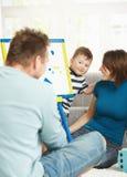familj som tillsammans leker Fotografering för Bildbyråer