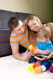familj som tillsammans leker Royaltyfri Bild