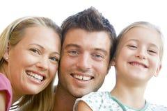 familj som tillsammans ler Fotografering för Bildbyråer