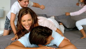 Familj som tillsammans spelar i sovrum stock video