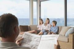 Familj som tillsammans spenderar Tid hemma Royaltyfri Fotografi