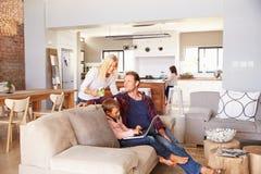 Familj som tillsammans spenderar Tid hemma royaltyfria bilder