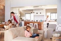 Familj som tillsammans spenderar Tid hemma Arkivbild