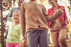 familj som tillsammans spenderar tid utanför Ha gyckel tillsammans Royaltyfria Foton