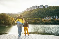Familj som tillsammans spenderar tid vid sjön Arkivbilder
