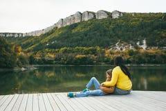 Familj som tillsammans spenderar tid vid sjön Royaltyfri Bild