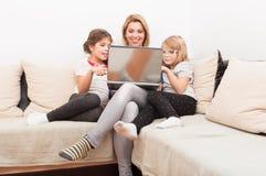 Familj som tillsammans surfar eller bläddrar internet Arkivfoton