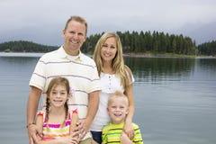 Familj som tillsammans tycker om deras sommarsemester Arkivfoto