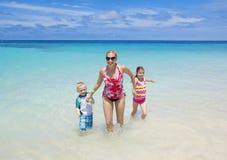 Familj som tillsammans tycker om en strandsemester Royaltyfria Foton
