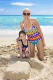 Familj som tillsammans tycker om en strandsemester Royaltyfria Bilder