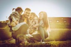 Familj som tillsammans tycker om i natur Fotografering för Bildbyråer