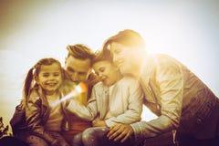 Familj som tillsammans tycker om i natur Arkivfoton