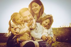 Familj som tillsammans tycker om i natur Royaltyfri Fotografi
