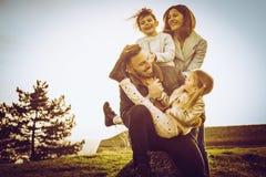Familj som tillsammans tycker om i natur Royaltyfri Foto