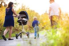 Familj som tillsammans tycker om liv utanför Royaltyfri Fotografi