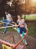 Familj som tillsammans tycker om liv utanför Arkivfoto