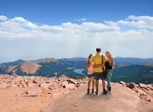 Familj som tillsammans tycker om tid på att fotvandra tur Fotografering för Bildbyråer