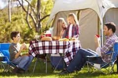 Familj som tycker om campa ferie i bygd royaltyfria foton