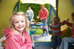 Familj som tycker om campa ferie på campingplats arkivfoto
