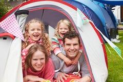 Familj som tycker om campa ferie på campingplats fotografering för bildbyråer