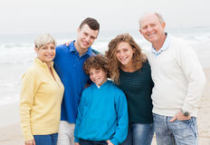 Familj som tycker om helg på stranden Fotografering för Bildbyråer