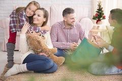 Familj som tycker om julmorgon arkivfoto