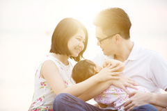 Familj som tycker om kvalitets- tid Arkivfoto