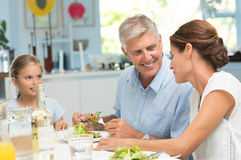 Familj som tycker om lunch royaltyfri bild