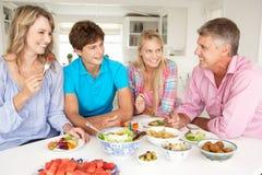 Familj som tycker om mål Arkivbild