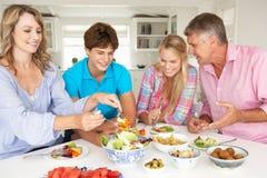 Familj som tycker om mål Arkivfoto