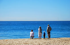 Familj som tycker om sikt på den huvudsakliga stranden, Laguna Beach, Kalifornien Royaltyfri Foto