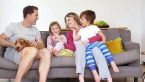 Familj som tycker om Sofa Cuddles stock video