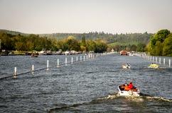 Familj som tycker om solig dag på Henley på Themsen Arkivfoto