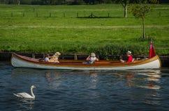 Familj som tycker om solig dag på Henley på Themsen Arkivbild