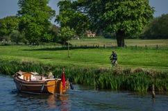 Familj som tycker om solig dag på Henley på Themsen Arkivfoton