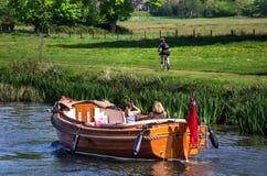 Familj som tycker om solig dag på Henley på Themsen Royaltyfria Foton
