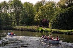 Familj som tycker om solig dag på Henley på Themsen Fotografering för Bildbyråer