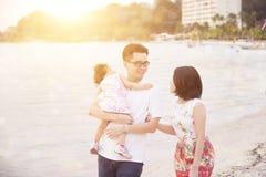 Familj som tycker om sommarsemester Royaltyfri Fotografi