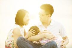 Familj som tycker om utomhus- kvalitets- tid Fotografering för Bildbyråer