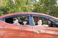 familj som tycker om vägtur och sommarsemester royaltyfria foton