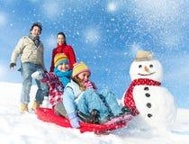 Familj som tycker om vinterdagen Arkivfoton