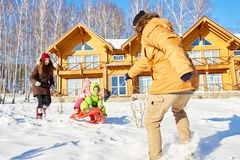 Familj som tycker om vinterhelg arkivbild