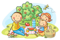 familj som utomhus har picknicken Arkivbilder