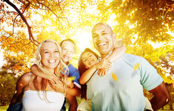 Familj som utomhus spelar barn Autumn Concept arkivbild