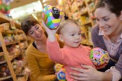 Familj som väljer leksaker för unge för chritsmas Royaltyfria Foton
