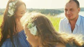 Familj som vilar i natur stock video